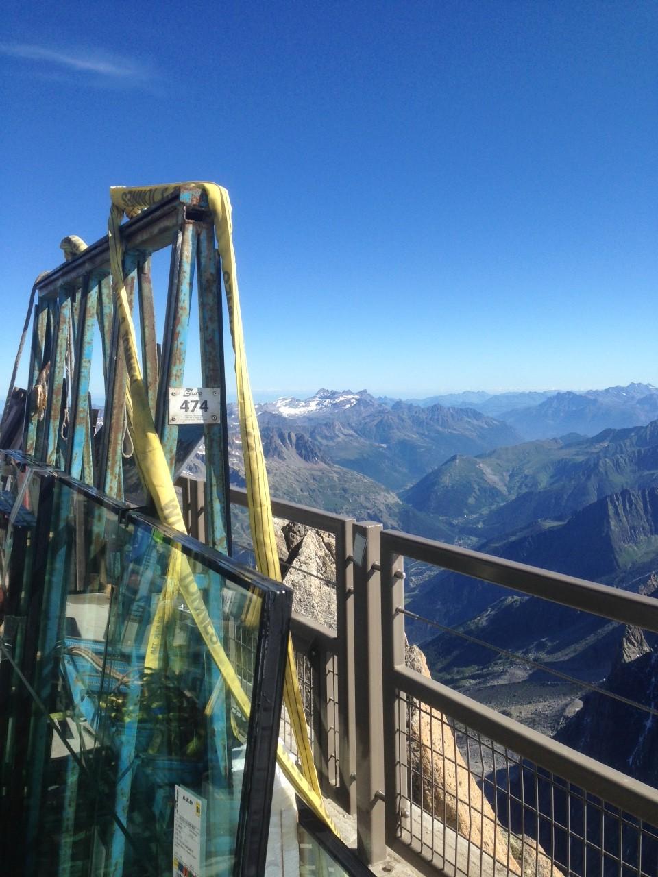 Pose de vitrage au sommet des Alpes